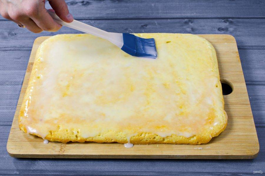 Проверьте пирог на готовность зубочисткой, она должна выходить из середины пирога сухой. Немного остудите пирог, смажьте его лимонной глазурью и дайте полностью остыть.