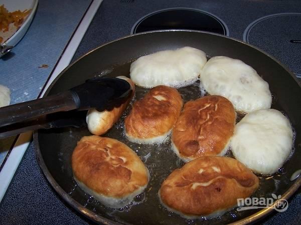 8. На сковороде разогрейте растительное масло, выложите пирожки. Жарьте на среднем огне под крышкой до румяности с двух сторон.