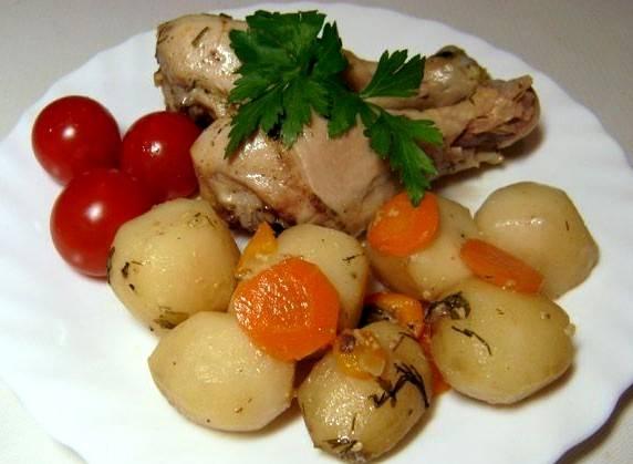 Раскладываем голени с овощами по тарелкам, добавляем свежие помидоры, и в итоге у нас получается отличное летнее блюдо. Приятного всем аппетита!