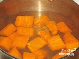 Начинаем с морковки. Режем её крупными кусками, а затем бросаем в кастрюлю с кипятком. Её необходимо варить в течение 20 минут.