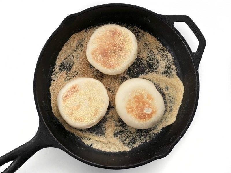 9.Обжарьте заготовки на заранее разогретой чугунной сковороде по 3-4 минуты с каждой стороны до появления золотистого цвета.