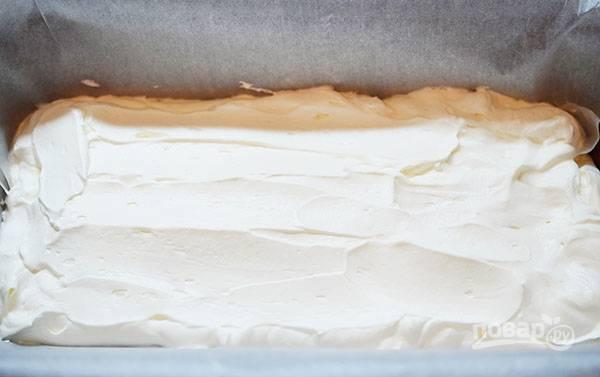 Форму для кекса выложите пергаментом и распределите сливочную массу.