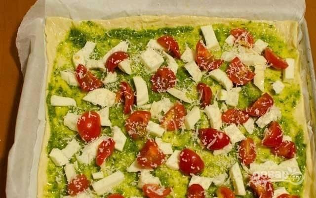 2. Выложите нарезанные помидоры черри и немного тертого сыра пармезан.
