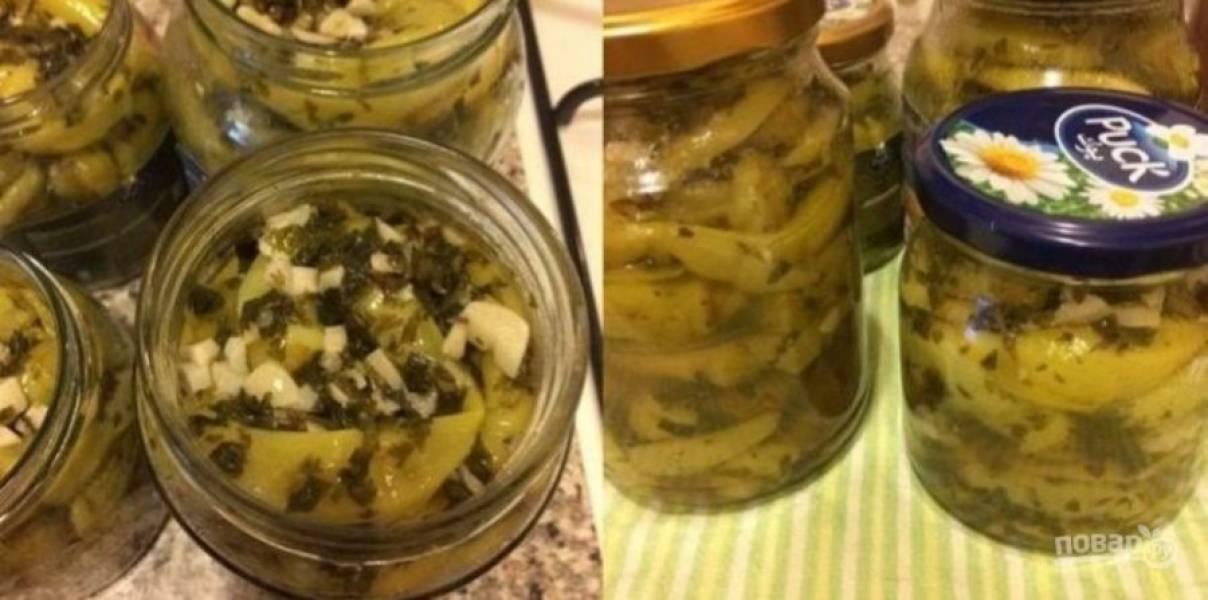 Когда зелень будет готова, добавьте к ней перец и перемешайте. Горячий перец плотно раскладывайте по стерильным банкам, заливайте остатками маринада и закройте крышками.