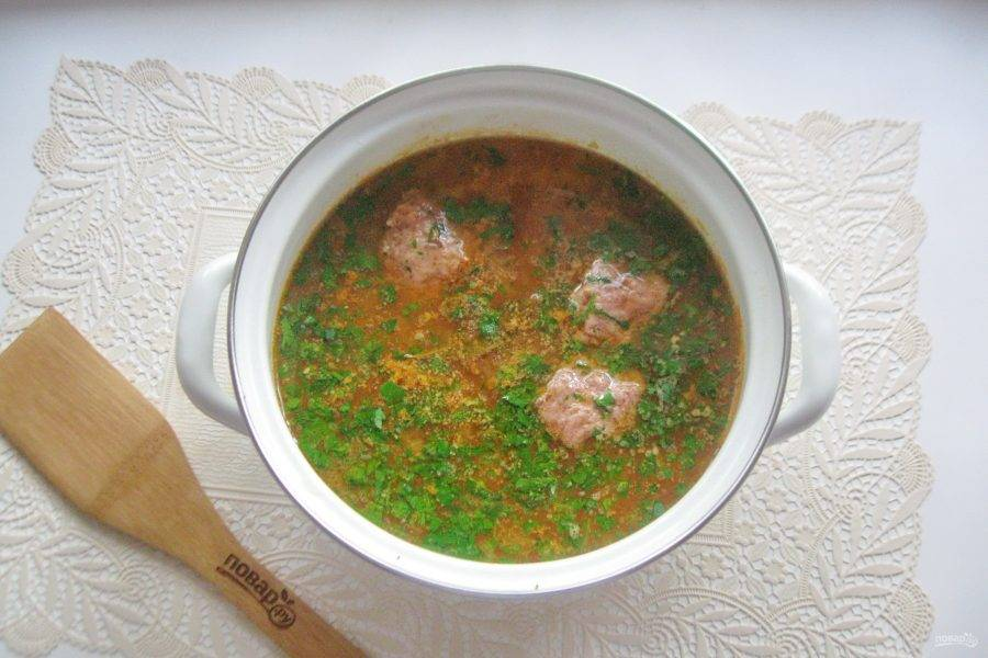 В готовый суп добавьте чеснок и зелень.