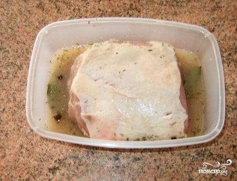 Подготовьте мясо к дальнейшей обработке: зачистите его от жира и пленок, чтобы получился чистый филейный кусок. Сухое белое вино смешайте со специями. Мясо в посудине залейте полученным маринадом и оставьте на пару часов настаиваться при комнатной температуре.