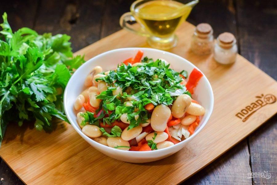 Нарежьте мелко зелень и добавьте в салат.