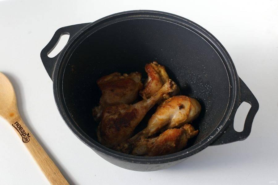 Курицу разрежьте на порционные кусочки и обжарьте со всех сторон до румяной корочки с добавлением соли и специй.