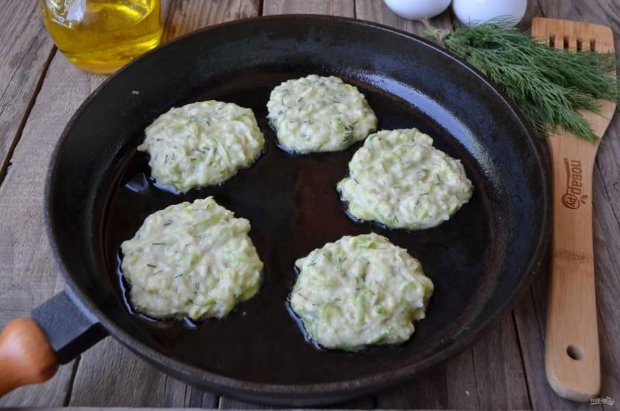 Разогрейте сковороду с растительным маслом. Столовой ложкой набирайте тесто и выкладывайте в виде кружочка. Жарьте на медленном огне до образования корочки.