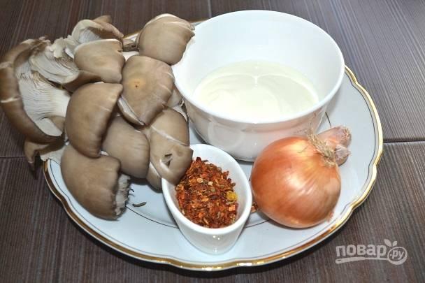 1. Первым делом подготовьте грибочки - вымойте и обсушите, очистите луковицу. На сковороду налейте немного масла и поставьте на огонь.