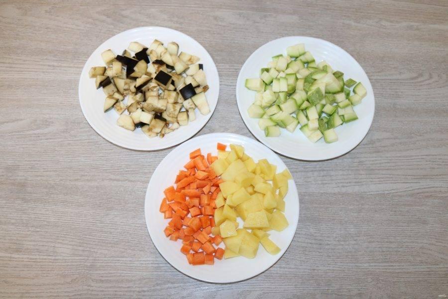 Все овощи нарежьте кубиками.