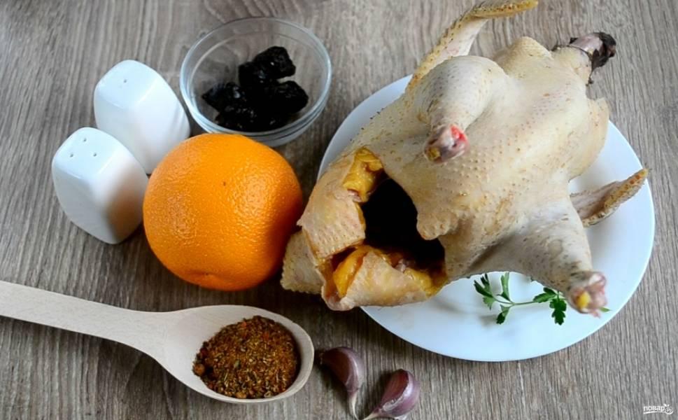 Подготовьте все необходимые ингредиенты. В списке ингредиентов я указала именно домашнюю курицу, поскольку время запекания буду указывать именно для нее, если вы используете покупную курочку, то запекать ее нужно будет меньше.
