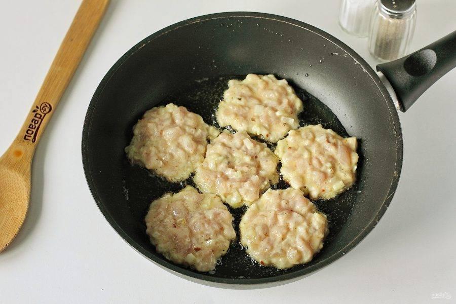 Разогрейте сковороду с маслом и выкладывайте массу при помощи столовой ложки, придавая нужную форму.