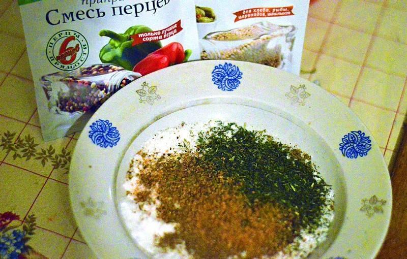 Теперь необходимо добавить специи. Вы можете смешать для этого свои любимые, я лишь предлагаю вам тот вариант, с которым готовлю я. Прежде всего, всыпаем сушеные травы и свежемолотый перец (смесь).