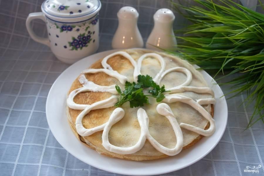 Готовый блинный пирог с грибами можно украсить сметаной произвольно. Посыпьте зеленью. Дать остыть. Подавайте к столу охлажденным. Приятного аппетита!