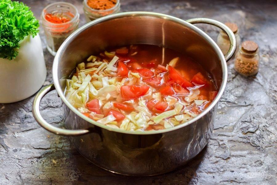 Сложите овощи в кастрюлю и залейте водой и томатным соком, добавьте специи по вкусу.