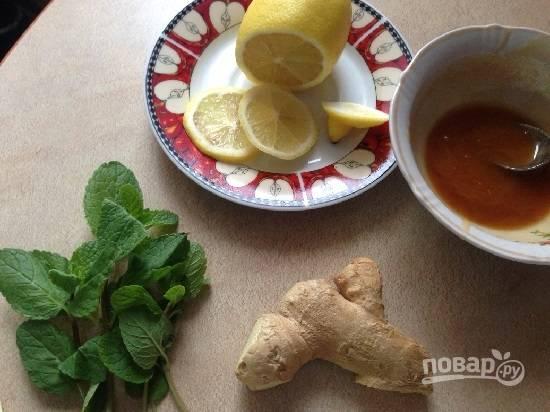 Имбирный чай готовится очень легко, лучше его пить вприкуску с медом.