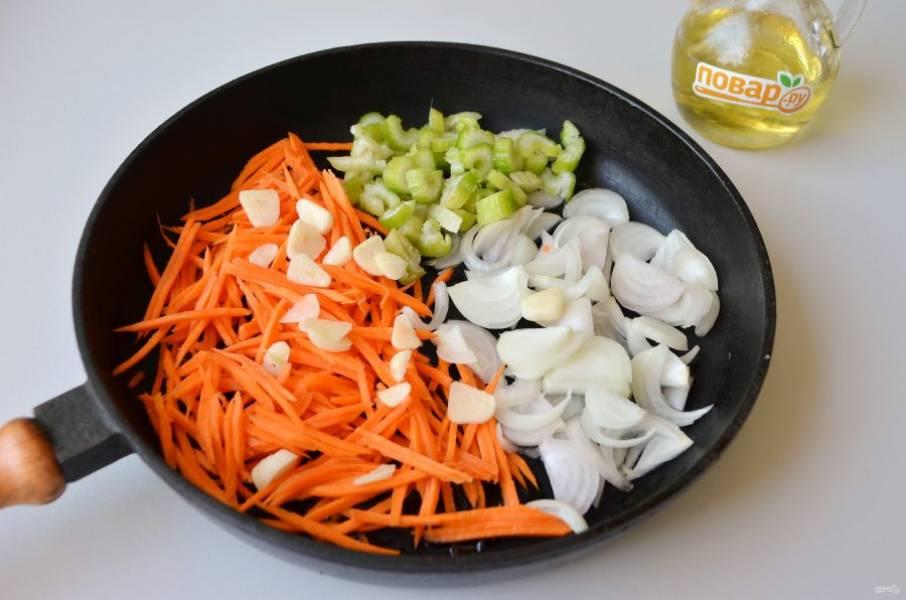 3. На другой сковороде параллельно пассеруйте овощи: лук, морковь, сельдерей и 1 зубчик чеснока.