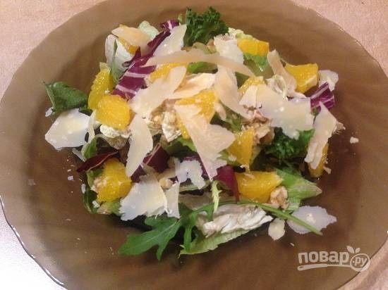 7. Добавляем сыр в салат.