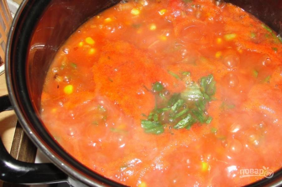 7. И в самом конце добавляем зелень, а также солим и приправляем по вкусу.