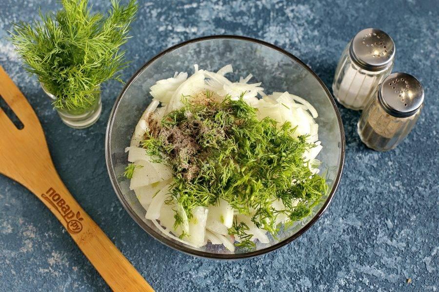 Добавьте тонко нарезанный лук (я режу четвертинками), посолите, поперчите и добавьте любую свежую зелень.