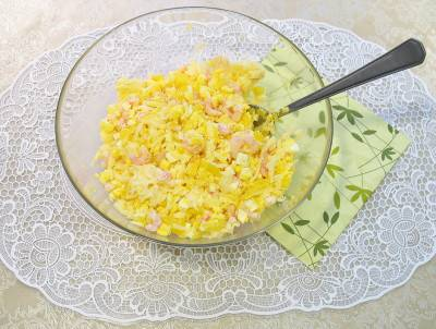 Добавьте майонез с чесноком, заправьте салат и хорошо перемешайте.