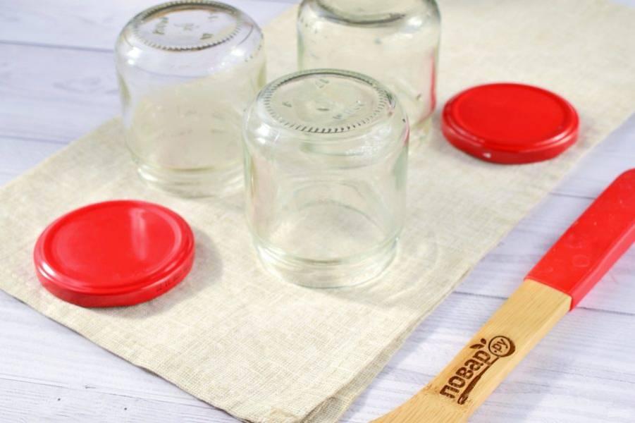 За это время можно подготовить банки. Вымойте их тщательно с содой, поставьте сушиться вверх дном на чистое полотенце. Простерилизуйте банки и крышки над паром или в духовке.