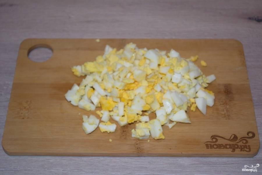Отварные яйца нарежьте на небольшие кубики.