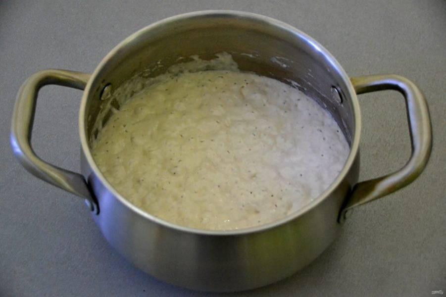 Утром тесто выглядит пышным, с пузырьками, из такого уже можно выпекать оладьи.