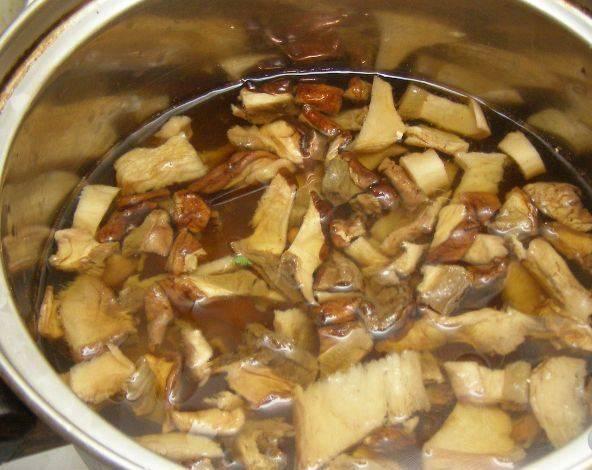 Перекладываем грибы в кастрюлю и заливаем водой, в которой они настаивались. Варим 10 минут.