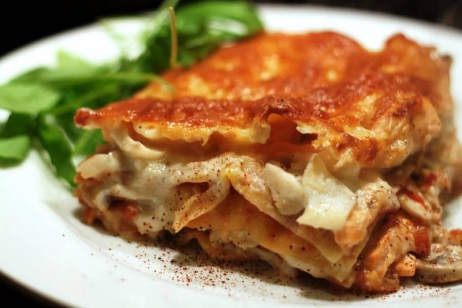 12. Рыбную лазанью разрежьте и подавайте к столу горячей. Приятного аппетита!