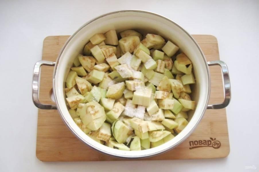 Добавьте 1 чайную ложку соли и перемешайте. Дайте постоять 15-20 минут и слейте образовавшуюся жидкость.