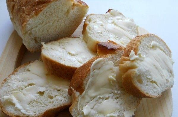Намазываем ломтики багета сливочным маслом.