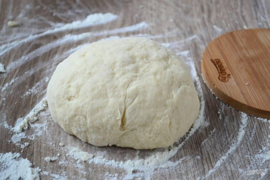 Замесите мягкое, не липнущее к рукам тесто.
