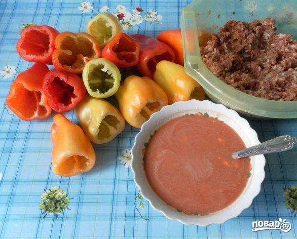 7. Берем болгарский перец и очищаем его (полностью извлекаем середину и моем). Теперь нужно смешать фарш с рисом и поджаркой из лука и моркови. Добавьте в начинку соль и специи по вкусу.