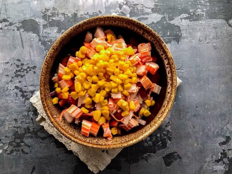 Консервированную кукурузу добавьте к остальным ингредиентам.