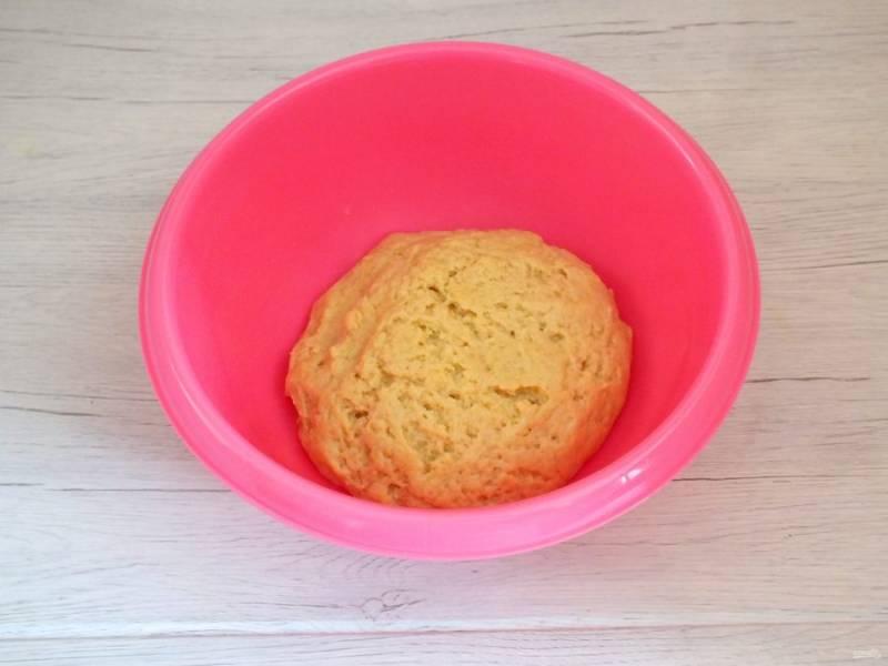 Замесите мягкое, податливое тесто. Оно не должно быть тугим, поэтому муку добавляйте частями, каждый раз хорошо вмешивая ее в тесто. Готовое тесто уберите в холодильник на 30 минут.