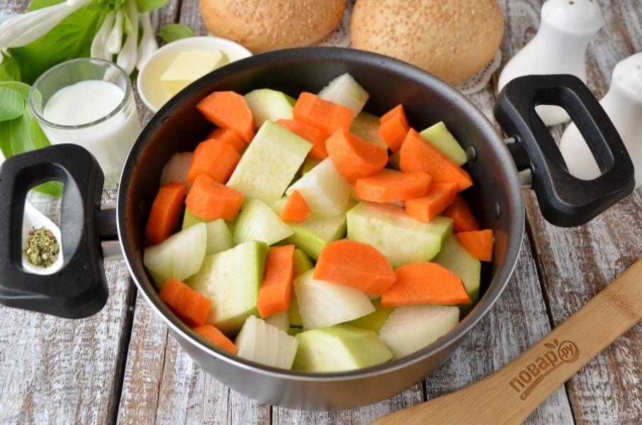 Порежьте крупно кабачок и лук, а морковь немного меньше, чтобы овощи одновременно сварились. Сложите их в кастрюлю, посолите немного, залейте водой так, чтобы она почти покрывала овощи.