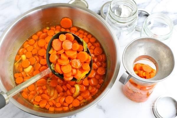 3. Оставьте морковь в маринаде при комнатной температуре до полного остывания. После разложите по баночкам и уберите в холодильник. Пробовать можно уже через сутки. Приятного аппетита!