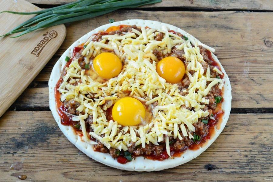 Ложкой сделайте углубления в трех местах, в эти углубления разбейте яйца, слегка присолите сверху. Отправьте пиццу в духовку при 180 градусах на 15 минут (можно запекать меньше или больше времени, зависимо от вашей духовки). Как только белок схватится, пиццу можно вынимать. Тут уж, конечно, на любителя, я не люблю жидкий желток, поэтому подержала подольше.