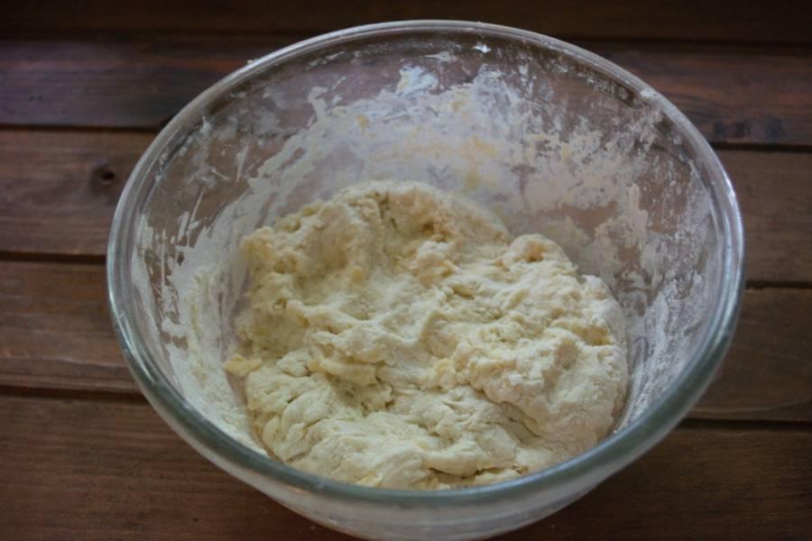 Влейте кефир и замесите однородное тесто. Довольго тугое, едва липнущее к рукам.