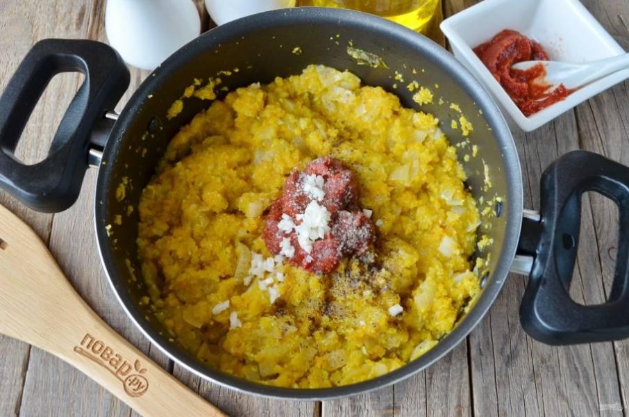 Через 40 минут добавьте нарубленный мелко чеснок, соль, сахар, перец черный молотый, томатную пасту. Перемешайте и тушите еще 15 минут.
