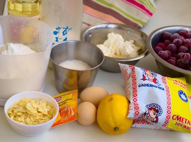1. Перед вами абсолютно все ингредиенты, которые дополнят рецепт приготовления творожного теста для пирога с вишней. При желании заливку вы можете сделать такую, которая вам больше по вкусу.