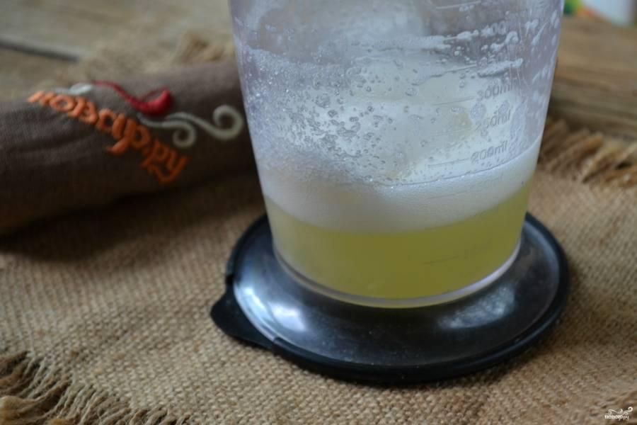 Когда масса начнет загустевать, добавьте сахар и взбивайте до пышной белковой массы белого цвета.