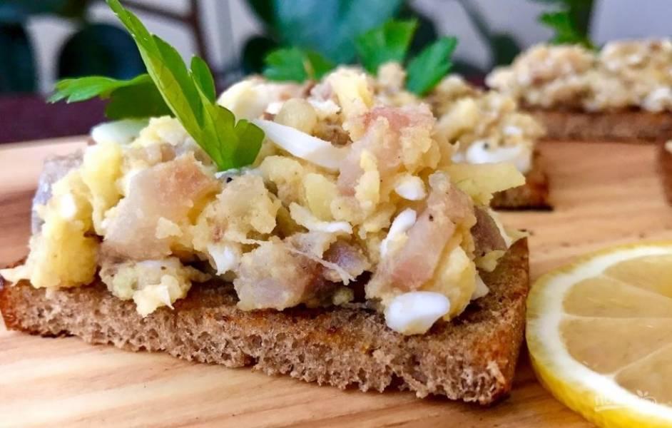 6. Посолите, добавьте обжаренный лук и перемешайте. Хлеб обжарьте с двух сторон и смажьте форшмаком. Приятного аппетита!