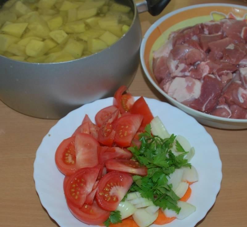 1. Подготовим ингредиенты. Мясо режем кубиками, солим и перчим. Картофель режем ломтиками или брусочками, тоже немного солим. Овощи режем произвольно, но не слишком мелко.