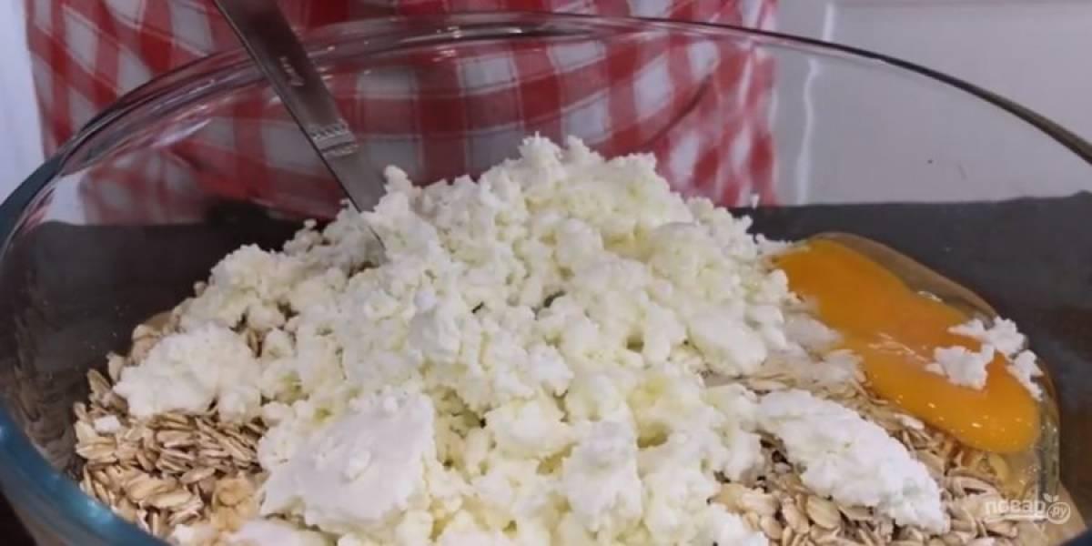 1. Сухофрукты промойте, слегка просушите и нарежьте небольшими кусочками. В миске смешайте овсянку, кефир, яйцо и творог, разомнутый вилкой.