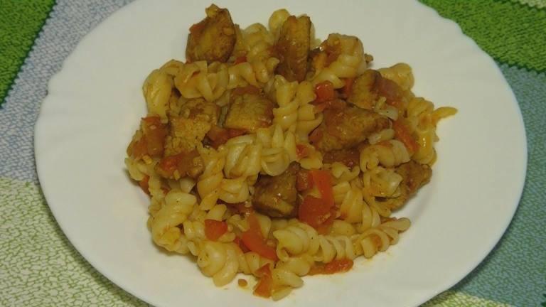 4. После готовности мяса отправьте его к макаронам и тщательно перемешайте. Вот и все - блюдо готово к столу.