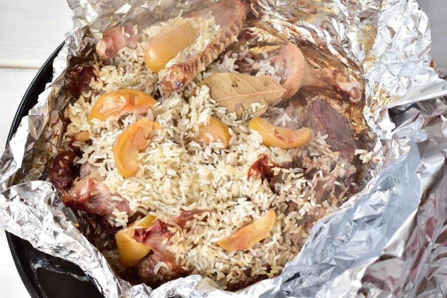 Отправьте мясо с рисом в духовку на 1 час. Температуру установите на 190 градусов.