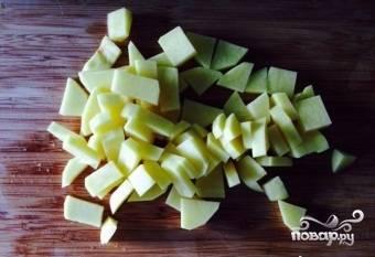 7.Очищаем картофельЭ даем ему постоять в холодной воде полчаса, чтобы избавиться от крахмала. После чего промываем его и нарезаем кубиком.